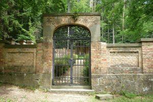Tor zum Waldfriedhof