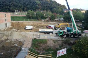 Für die weiteren Bauarbeiten werden die Teile für den Baukran angeliefert.