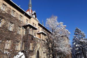Hauptgebäude im Winter